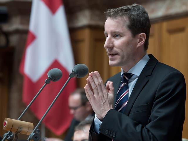 Der Zuger Nationalrat Thomas Aeschi bei einer Rede im Nationalrat.