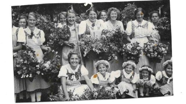 Gruppenfoto mit Mädchen und Blumenkränze.