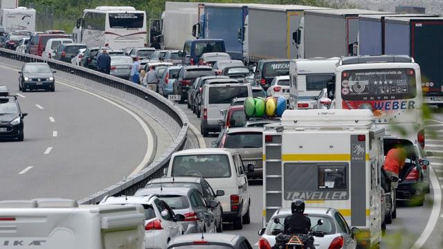 In'autostrada cun bler traffic en ina direcziun.
