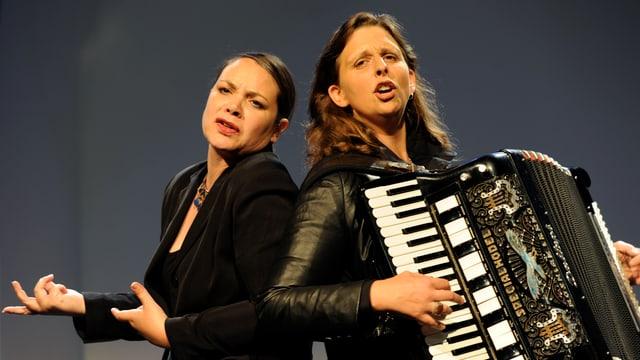 zwei Frauen singen, eine spielt Akkordeon