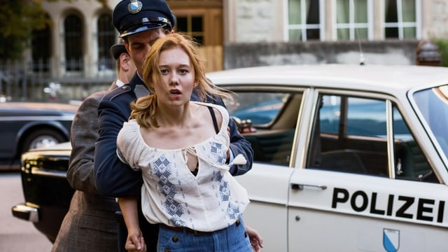 Lina wird von einem Polizisten verhaftet