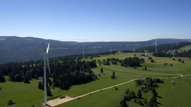 Mehrere Windturbinen aus der Luft gesehen.