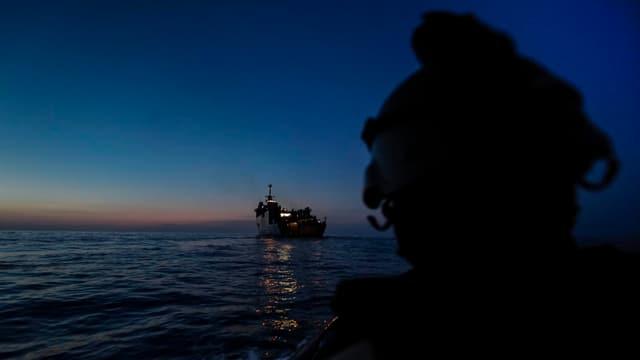 Schuldads d'ina unitad speziala avant reconquistar in bastiment assaglì da pirats.