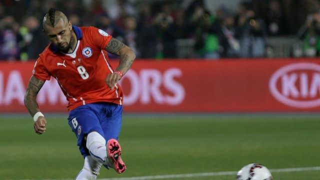 Arturo Vidal im Dress von Chile bei der Schussabgabe