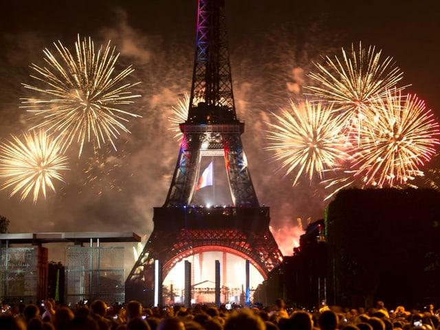 Feuerwerk hinter dem Eiffelturm in Paris
