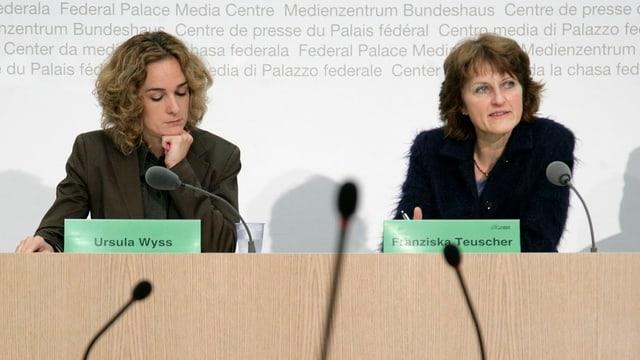 Ursula Wyss (links) und Franziska Teuscher stehen den Bundeshausmedien Red und Antwort.