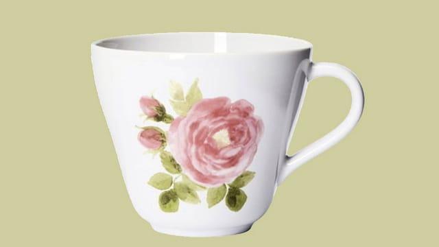 Weisse Tasse mit einer aufgemalten Rose