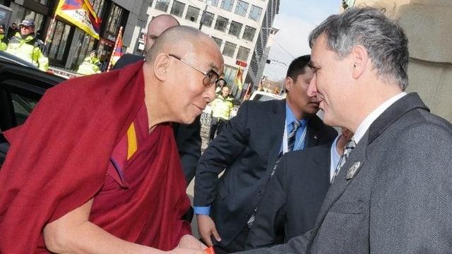 Regierungspräsident Guy Morin schüttelt Dalai Lama die Hand.