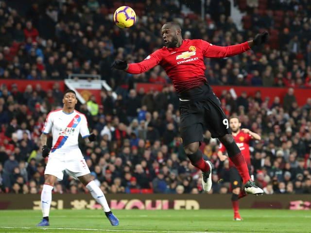 Manchester-United-Stürmer Romelu Lukaku bei einem Kopfball.