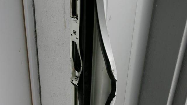 Foto einer aufgebrochenen Haustüre. Das Schloss ist geknackt.