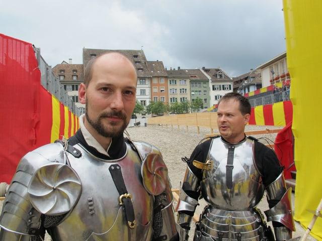 Zwei Männer in Ritterrüstung ohne Helm.