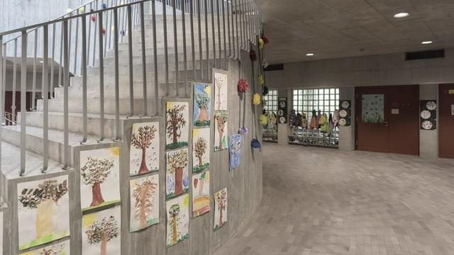 Fotografia d'ina scola primara a Suhr endadens.