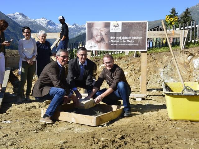 L'actu uffizial cun Reto Schmid (dretg), Urban Augustin (amez) e Martin Hongler.