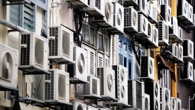 Klimaanlagen an einer Fassade in Singapur