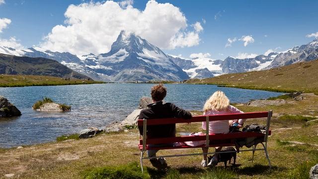 Wanderer blicken aufs Matterhorn
