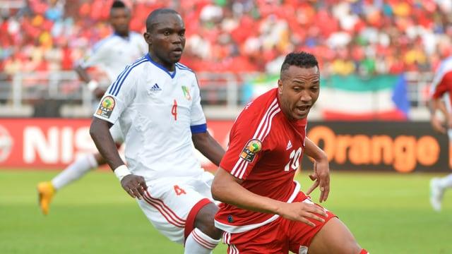 Äquatorialguineas Emilio N'Sue (r.) gegen Kongos Boris Thilton Moubhio Ngounga.
