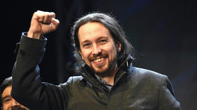 Podemos-Chef Pablo Iglesias hebt die rechte Faust.
