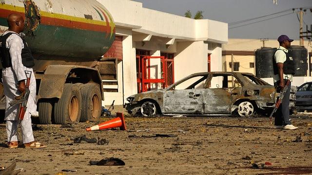 Ein ausgebranntes Auto nach einem Bombenanschlag