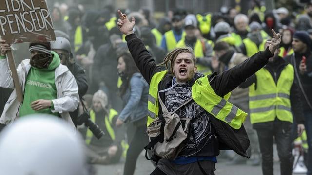 Protesteierende in gelben Westen.