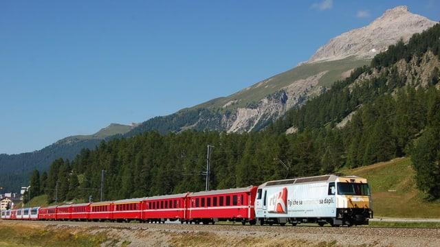 Tren da la viafier Retica cun la locomotiva da RTR.