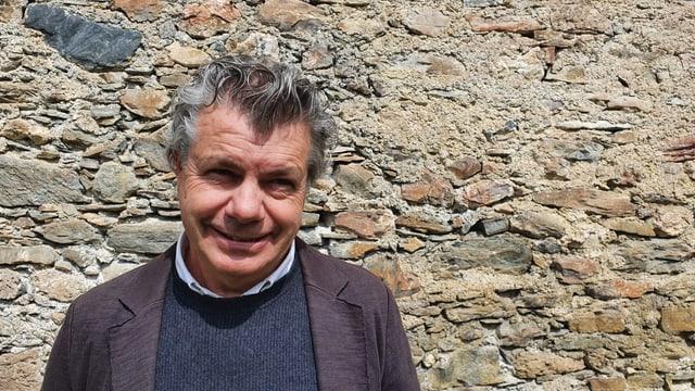 Erik Süsskind, il graficher da Cuira ha gudagnà cun ses project l'occurrenza per embellir l'entrada da la vischnanca da Valsot.