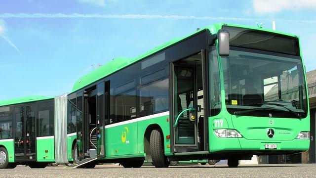 Bus mit offenen Türen.