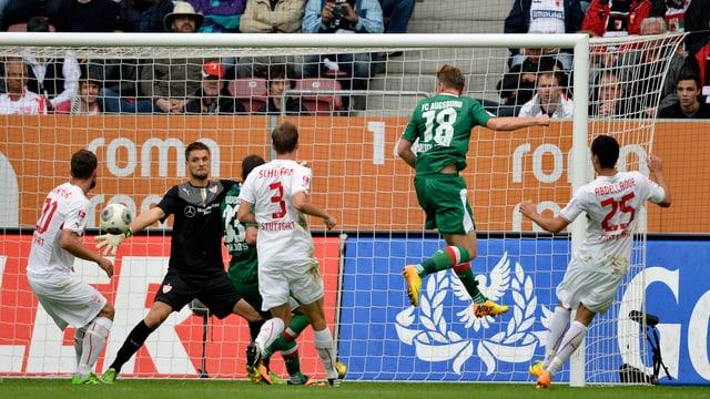 Jan-Ingwer Callsen-Bracker trifft für Augsburg zum 2:0.