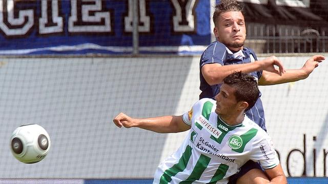 Danijel Aleksic dal FC Son Gagl è sut pressiun dal Turitgais Berat Djimsiti.