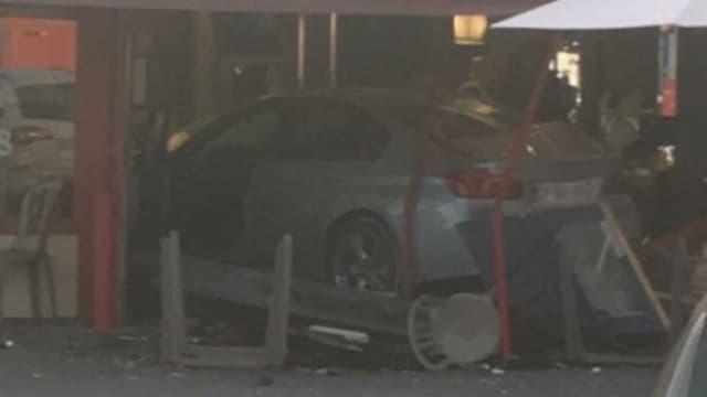 Aufnahme des Tatorts: Auto fuhr in Pizzeria.