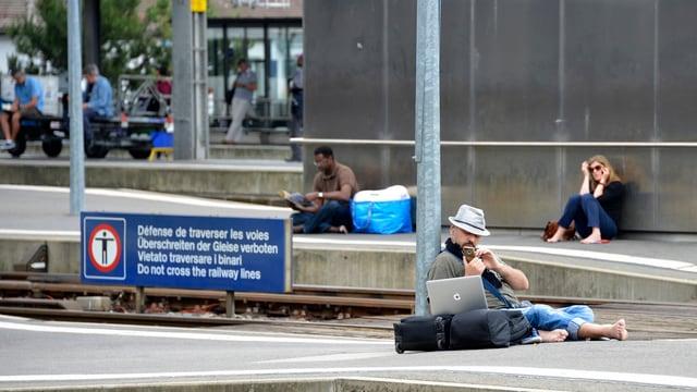 Menschen warten auf den Zug.