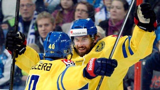 Niklas Olausson (rechts) feiert einen Treffer.