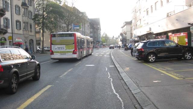 Bus, Auto und Busspur