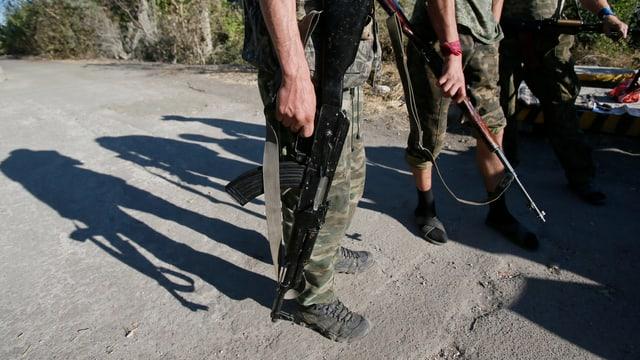 Ukrainische Separatisten haben ihre Gewehre gesenkt.