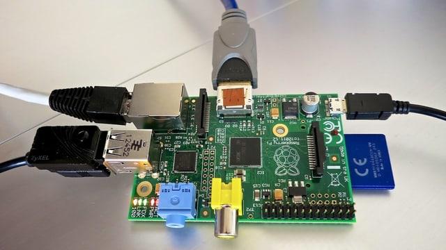 Eine Computerplatine mit angeschlossenen Kabeln
