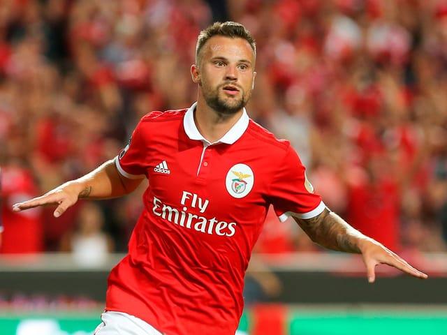 Seferovic jubelt im Benfica Trikot.