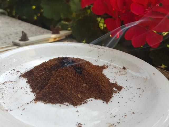 Ein Teller mit Kaffeepulver.