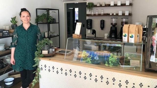 Tresa Capaul en ses café.