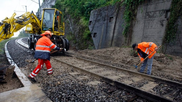 Bauarbeiter arbeiten an der SBB-Strecke in Walchwil.