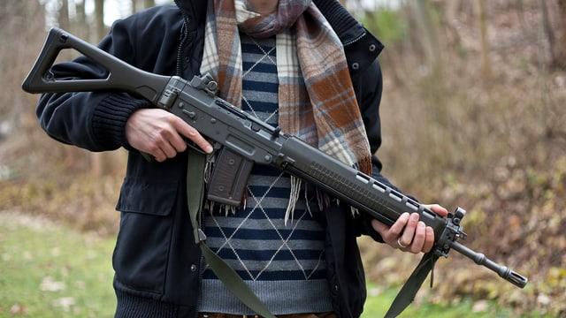 Mann hält Sturmgewehr