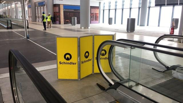 Rolltreppe und Schild «Schindler»