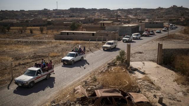 In convoi cun autos transportescha fugitivs davent da Mosul - fotografà ils 4 da november.
