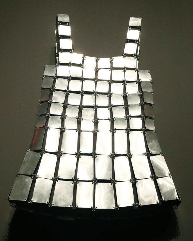 Ein Kleid aus Aluminium von Designer Paco Rabanne aus dem Jahre 1968.