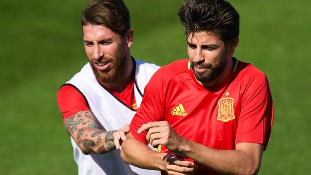 Sergio Ramos (links) und Pique bei einem Zweikampf