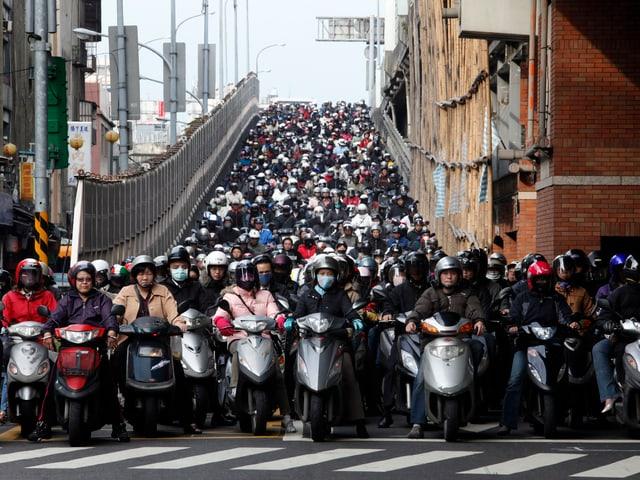 Unzählige Motorräder an einer Strassenkreuzung