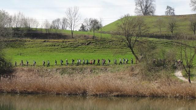 Wandergruppe an der Reuss