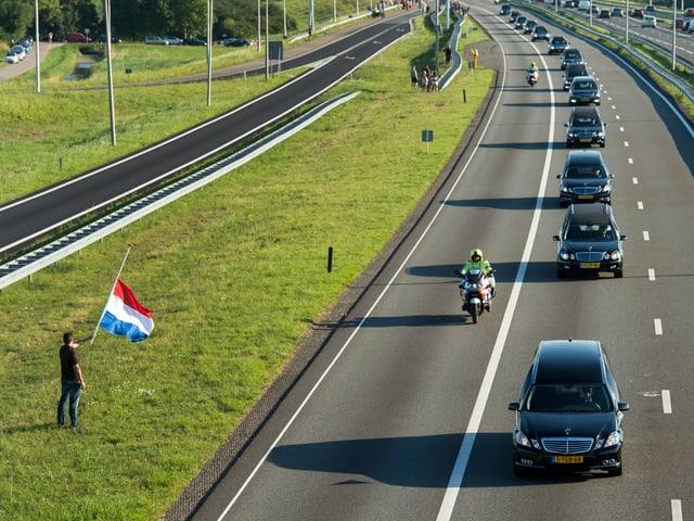 Seit Mittwoch fährt täglich eine lange Trauerkolonne von Leichenwagen durch die niederländische Landschaft. Am Samstag kommt der vorläufig letzte Transport an.
