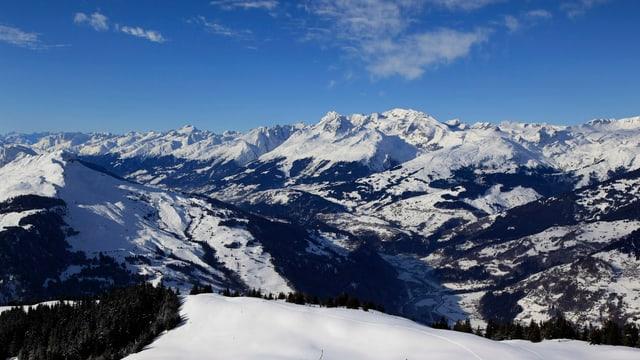 Vista da l'alp Dutga sin la Foppa. Da maun seniester il Piz Mundaun.