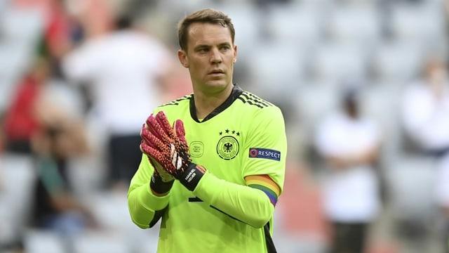 Manuel Neuer, Kapitän der deutschen Fussball-Nationalmannschaft, trägt eine Kapitänsbinde in Regenbogenfarben.