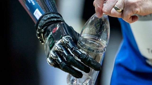 Eine Prothesen-Hand