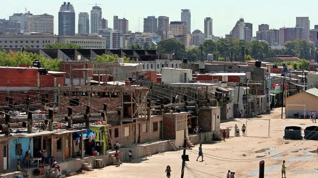 Ein Armenviertel von Buenos Aires vor der Skyline der argentinischen Hauptstadt.
